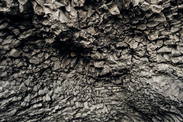 Primo piano di struttura delle pietre del basalto sulla spiaggia di vik islanda