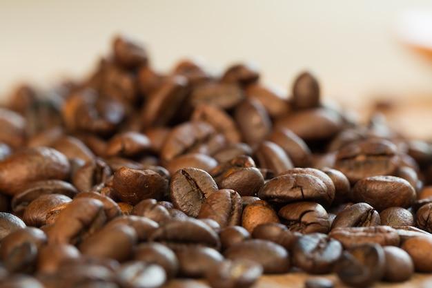 Struttura del primo piano di chicchi di caffè sul tavolo. sfondo di caffè