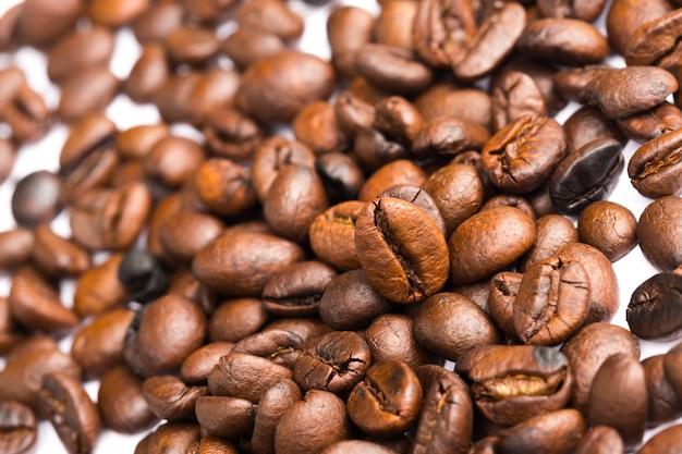 Struttura del primo piano di chicchi di caffè sul tavolo