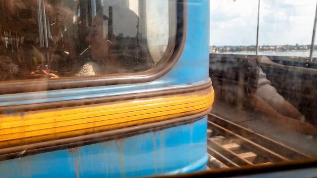 Immagine tonica del primo piano di persone stanche tristi che guidano in un'auto sporca e arrugginita della metropolitana mentre si recano al lavoro
