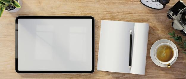 Vista superiore del primo piano del foglio bianco del taccuino dello schermo in bianco della compressa digitale su fondo di legno