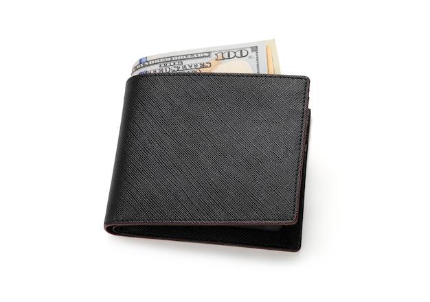 Primo piano del portafoglio nero di cuoio di vista superiore con la banconota del dollaro su fondo bianco isolato con la foto del percorso di ritaglio.