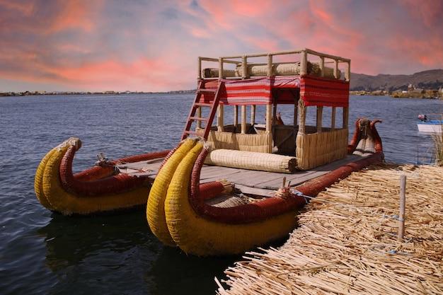 Primo piano di una barca tradizionale utilizzata dalle persone che vivono sull'isola di los uros nel lago titicaca, perù