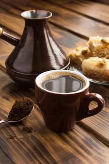 Primo piano sul caffè turco e delizia sulla tavola di legno
