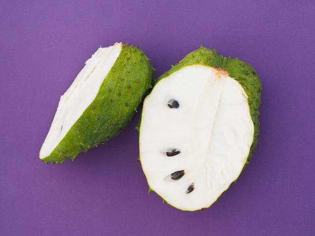 Primo piano di due metà verde soursop graviola, esotico, frutta tropicale guanabana