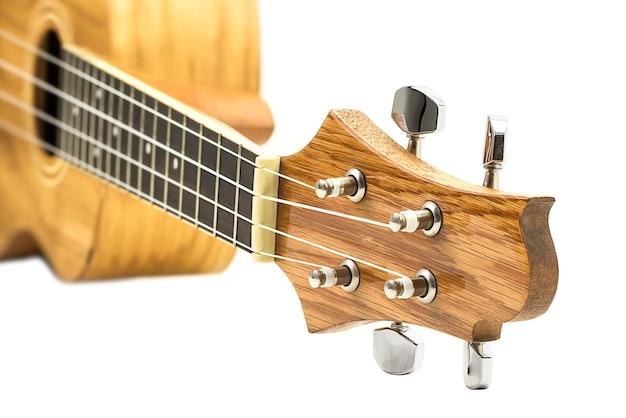 Primo piano della chitarra hawaiana ukulele isolato su bianco