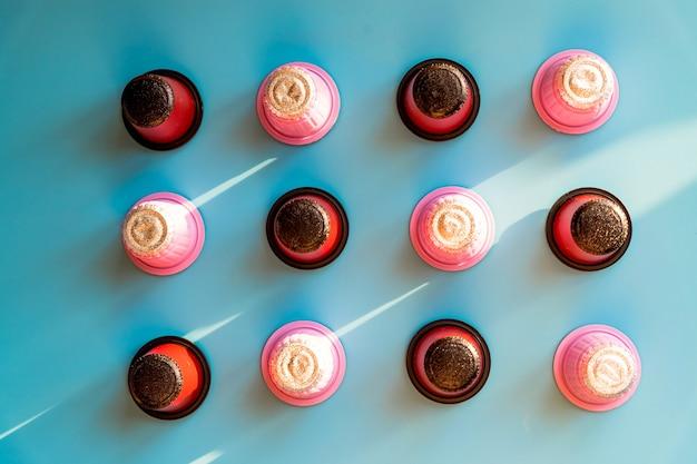 Primo piano di una varietà di grandi capsule di caffè italiano per una macchina da caffè.capsule di caffè compostabili.raccolta di cialde espresso colorate, eco friendly, senza alluminio