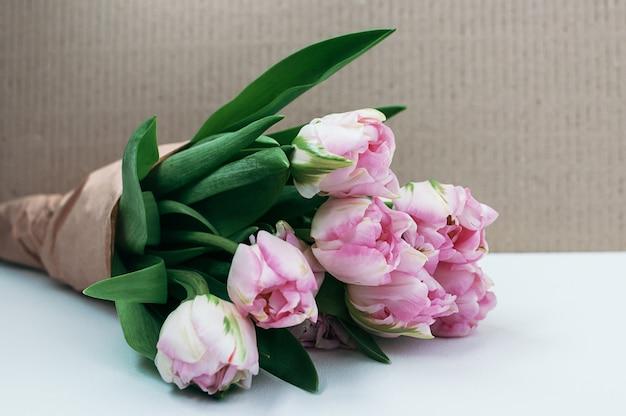 Vista del primo piano di un mazzo dei fiori su fondo bianco