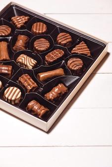 Vista del primo piano della scatola di cioccolatini vista dall'alto