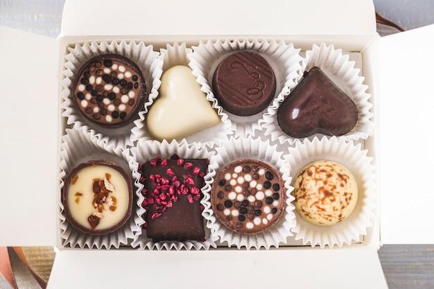 Vista ingrandita di cioccolatini in una scatola. caramelle in una scatola