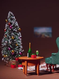 Primo piano sull'albero di natale e bevande su un tavolo nella notte di vigilia