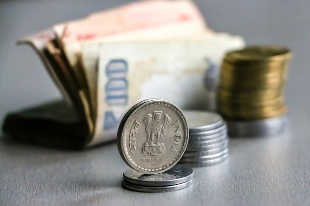 Vista ingrandita della valuta indiana (banconote e monete).