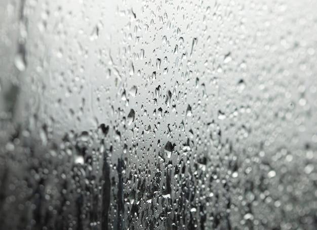 Vista ingrandita di gocce d'acqua sotto la doccia