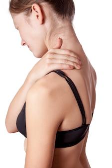 Primo piano di una giovane donna con dolore alla spalla o al collo su sfondo bianco. Foto Premium