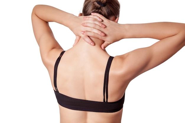 Primo piano di una giovane donna con dolore alla spalla o al collo