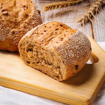 Primo piano sul pane di frumento su un tavolo di legno