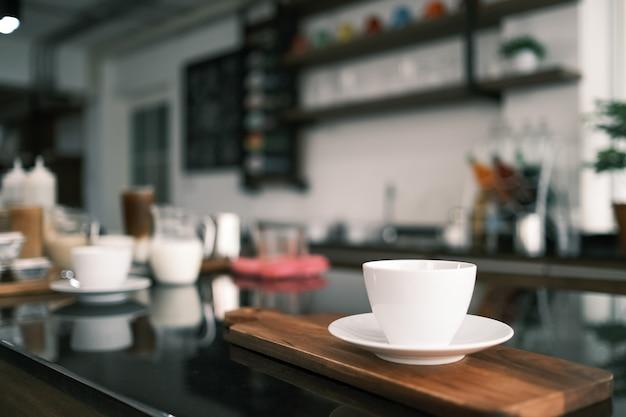 Primo piano bianco tazza di caffè caldo sul tavolo nella caffetteria