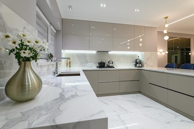 Primo piano di mobili da cucina in marmo bianco moderno nello spazio studio