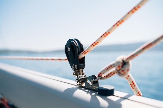 Primo piano di un argano su yacht a vela bianco
