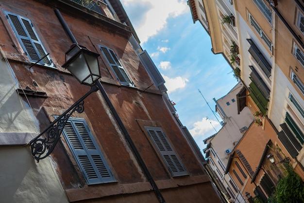 Primo piano delle finestre a roma