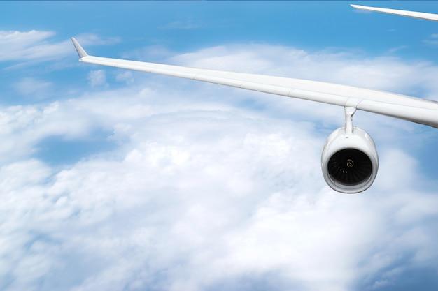 Primo piano alle ali e al getto dell'aereo che volava nel cielo.