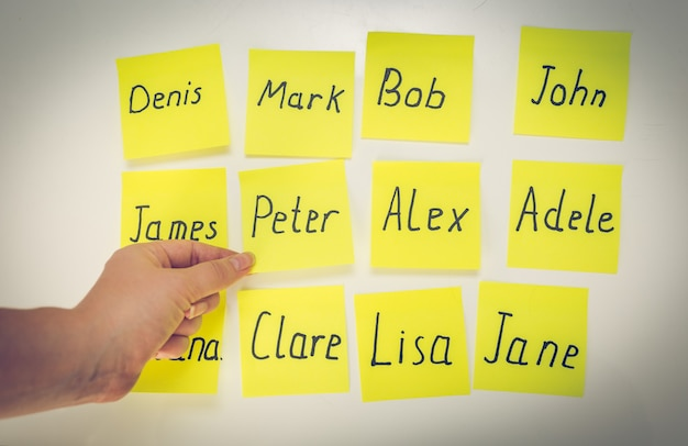 Donna del primo piano che sceglie il nome del bambino scritto sugli adesivi