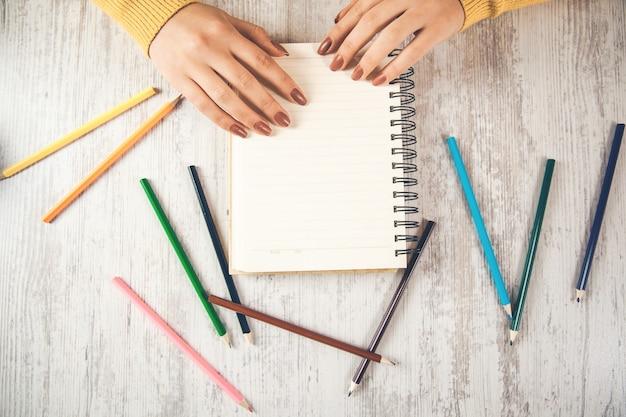 Primo piano della mano della donna che scrive su carta