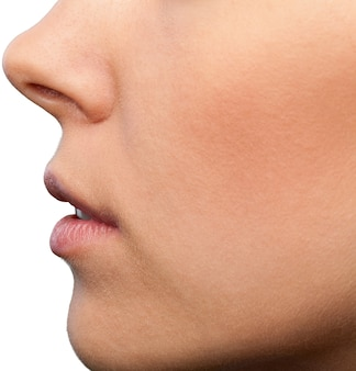 Primo piano sulla bocca e sul naso di una donna, vista laterale