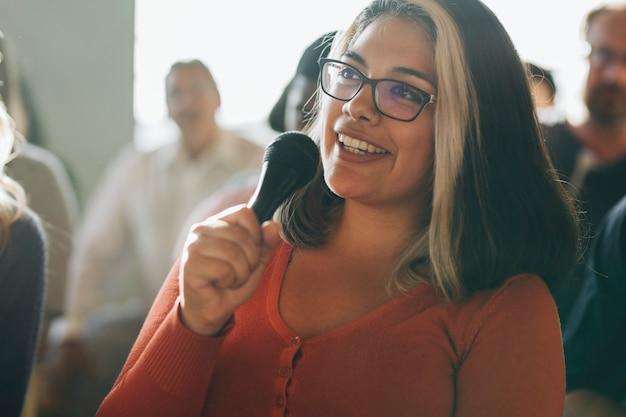 Primo piano di una donna che parla al microfono