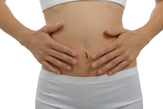 Dolore di stomaco della donna del primo piano con fondo bianco