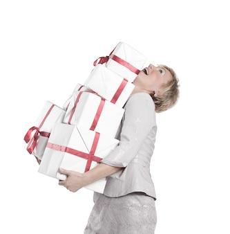 Primo piano della donna con un sacco di scatole regalo.isolato su un muro bianco.