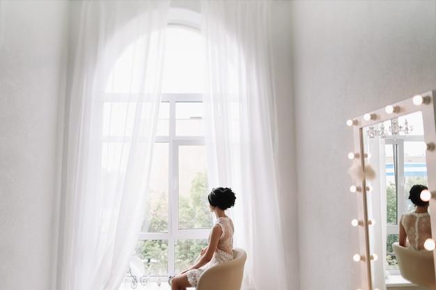 Primo piano delle mani delle donne in un abito bianco mattina nuziale