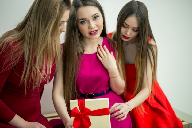 Il primo piano delle donne apre e sorprende la scatola attuale con il regalo