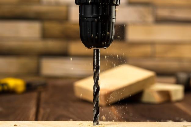 Primo piano della punta del trapano per legno con segatura