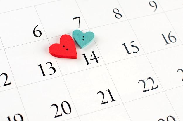 Primo piano del cuore di legno sulla pagina del calendario