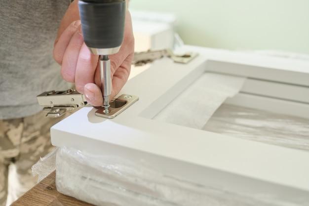 Primo piano della mano dei lavoratori con strumenti professionali e dettagli di mobili