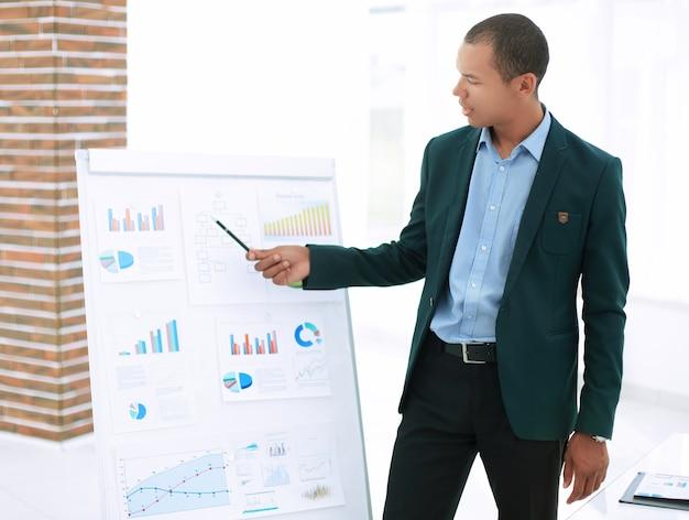 Primo piano giovane uomo d'affari che fa la presentazione di un nuovo progetto finanziario