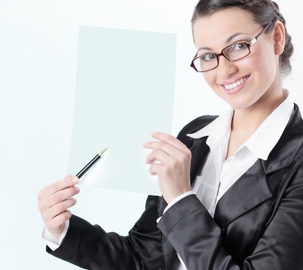 Donna di affari del primo piano che mostra con la matita sul foglio bianco