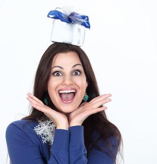 Closeuphappy bella donna con un regalo isolato su un bianco