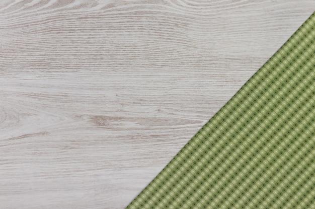 Tovagliolo del panno sulla vista superiore del fondo di legno bianco con lo spazio del testo