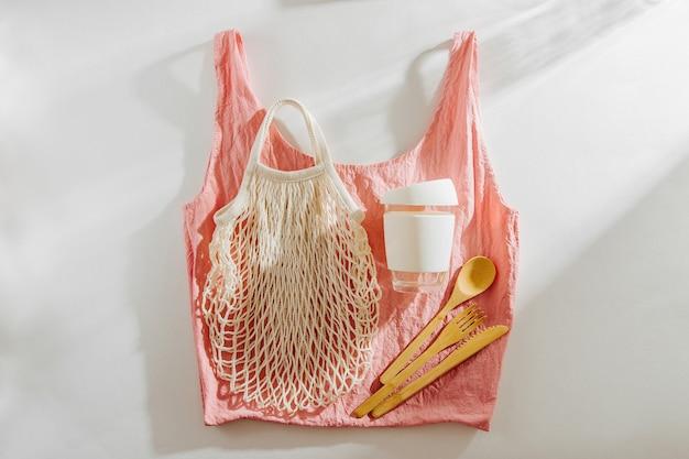 Borsa per la spesa in tessuto con posate in bambù, tazza da caffè riutilizzabile e. stile di vita sostenibile. concetto senza plastica.