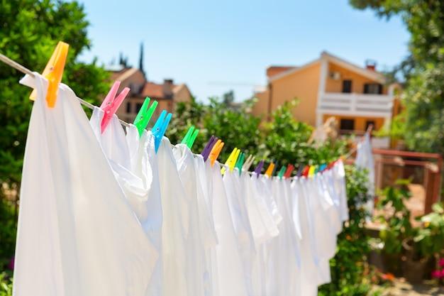Il panno con spille colorate si sta asciugando in cortile