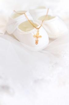 Vestiti e una croce per il battesimo del bambino