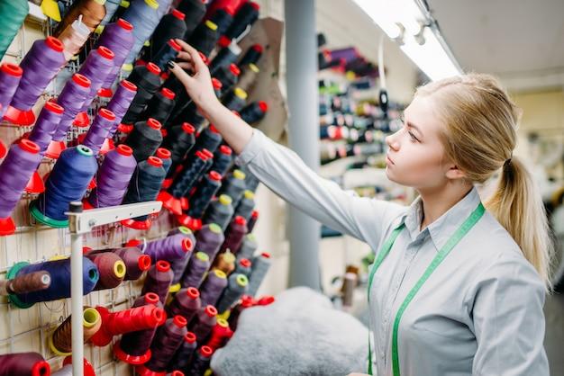 Lo stilista sceglie fili di colore