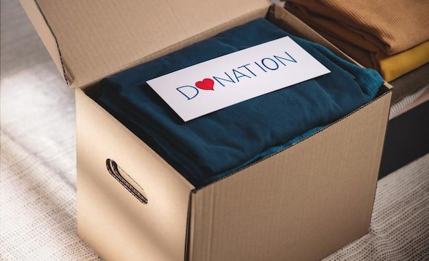 Concetto di donazione di vestiti