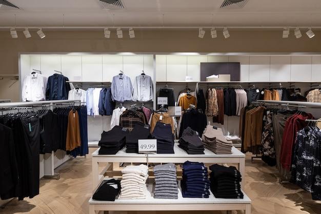 Vestiti all'interno del negozio di moda