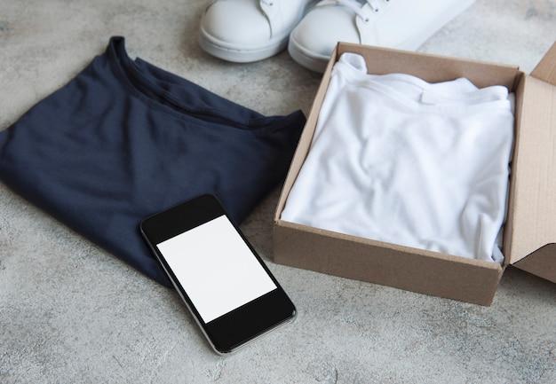 Vestiti in una scatola di cartone aperta