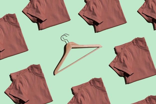 Deposito vestiti magliette piegate e appendiabiti in legno
