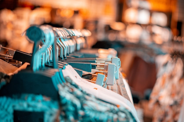 Negozio di vestiti con tanti scaffali e appendini tra cui scegliere