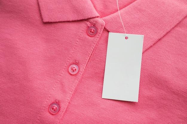 Etichetta di vestiti sulla nuova maglietta